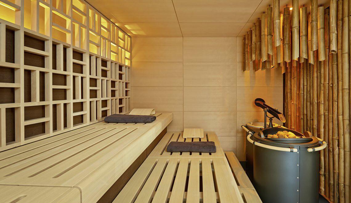 """Die """"SATORI""""-Sauna von KLAFS orientiert sich in der Gestaltung an asiatischem Design und interpretiert dieses in Hemlock-Holz neu"""